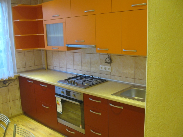 Oranžiniai ir raudoni virtuvės baldai