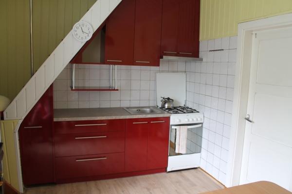 Raudoni virtuvės baldai