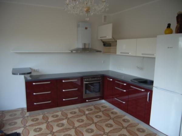 Kremo ir bordo virtuvės baldai