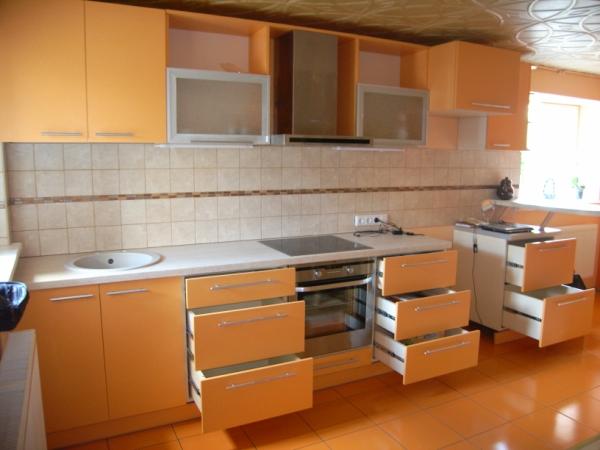 Oranžiniai virtuvės baldai