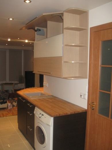 Šviesiai rudi, kreminiai ir juodi virtuvės baldai