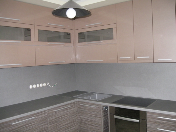 Pilki ir kakaviniai virtuvės baldai