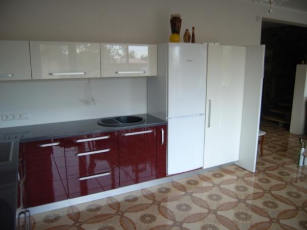 Bordo ir kreminiai virtuvės baldai