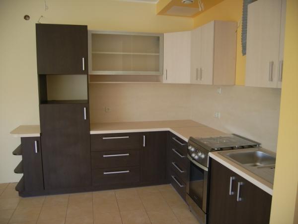 Tamsiai rudi ir kreminiai virtuvės baldai