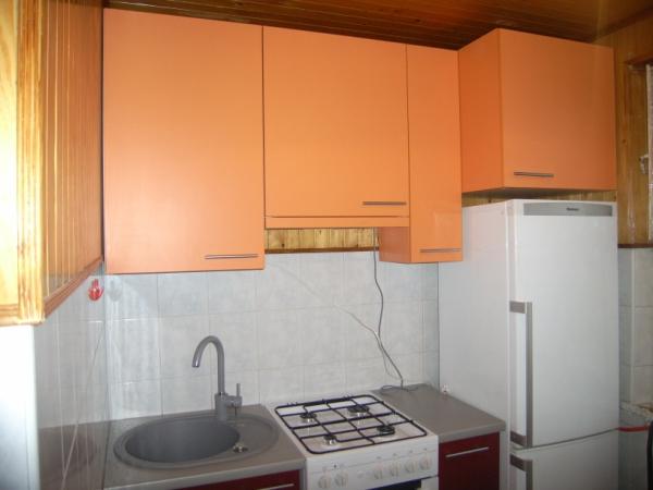 Raudoni ir oranžiniai virtuvės baldai