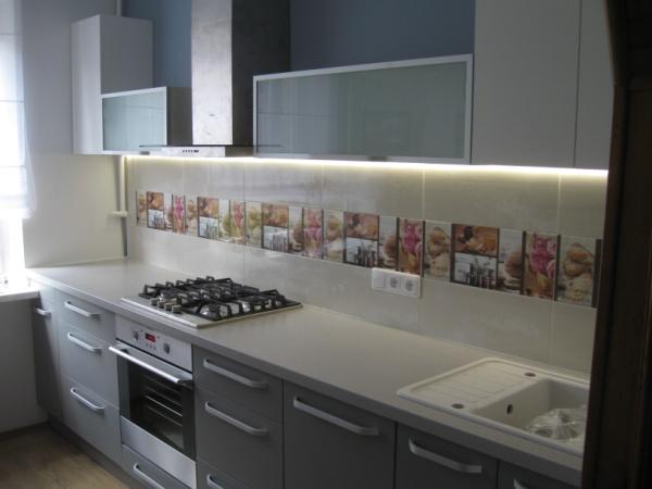 Balti ir pilki virtuvės baldai
