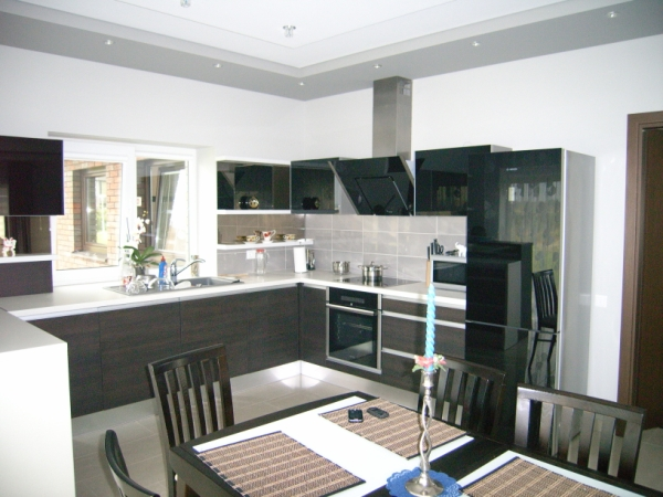 Tamsiai rudi ir juodi virtuvės baldai