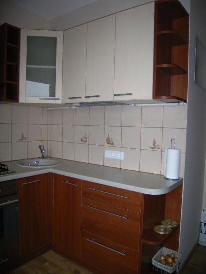 Kreminiai ir rusvi virtuvės baldai