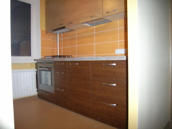 Šviesiai rudi ir rusvi virtuvės baldai