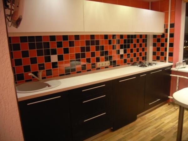 Balti ir juodi virtuvės baldai