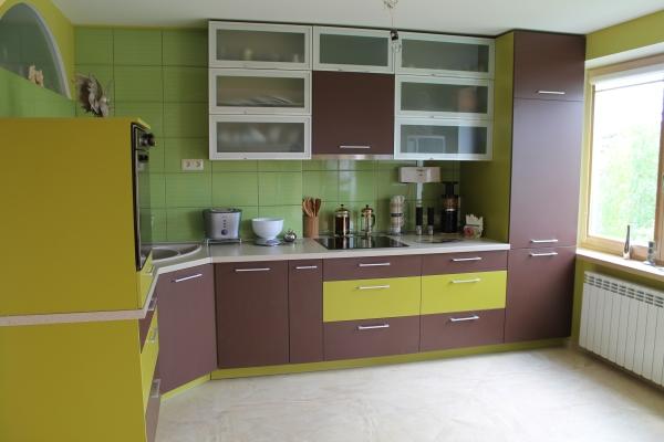 Rudi ir žali virtuvės baldai