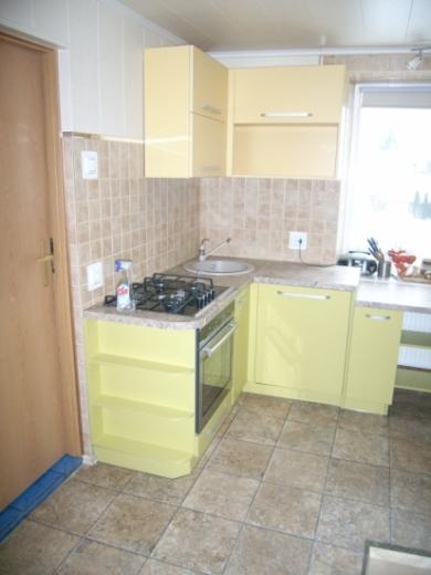 Geltoni ir žali virtuvės baldai