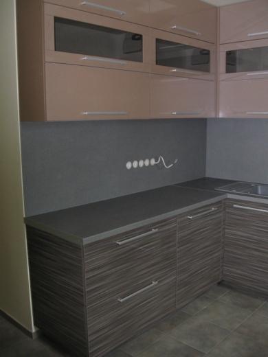 Kakaviniai ir pilki virtuvės baldai
