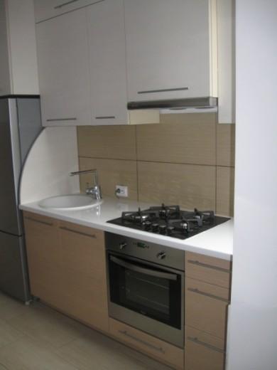 Balti ir šviesiai rudi virtuvės baldai