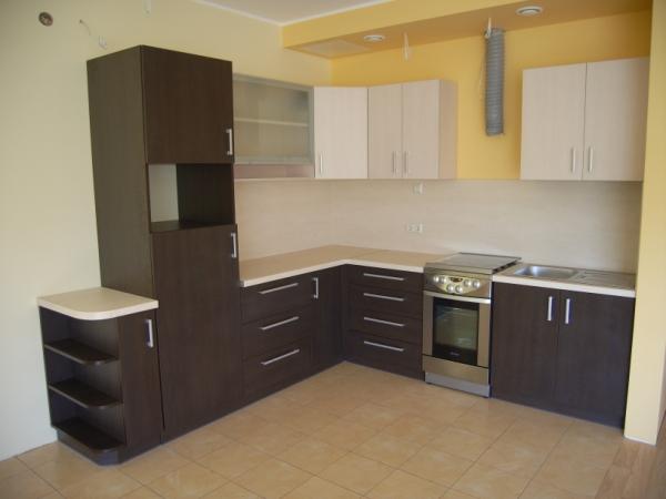 Kreminiai ir tamsiai rudi virtuvės baldai