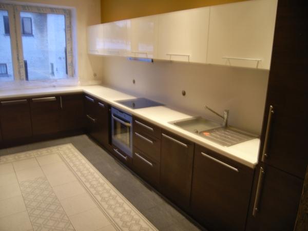Balti ir tamsiai rudi virtuvės baldai