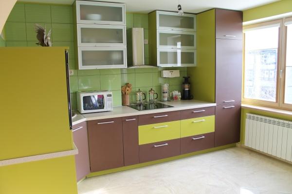 Žali ir rudi virtuvės baldai