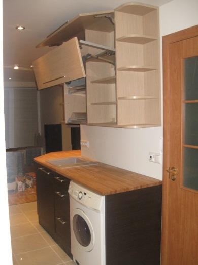 Kreminiai, šviesiai rudi ir juodi virtuvės baldai