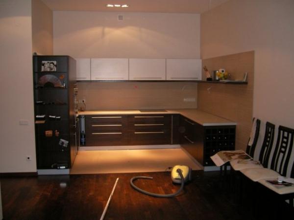 Juodi ir balti virtuvės baldai