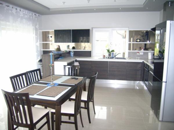 Juodi ir tamsiai rudi virtuvės baldai
