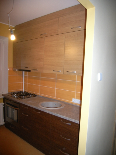 Rusvi ir šviesiai rudi virtuvės baldai