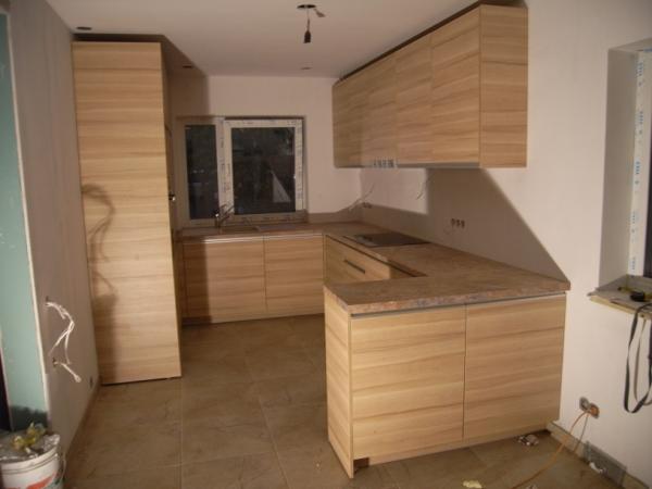 Šviesiai rudi virtuvės baldai