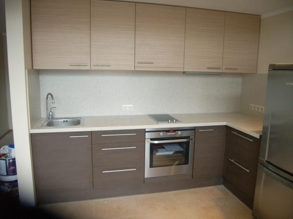 Tamsiai ir šviesiai rudi virtuvės baldai