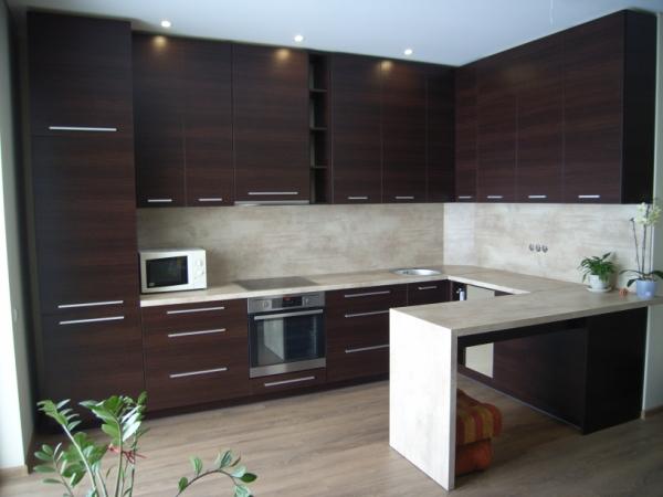 Tamsiai rudi virtuvės baldai