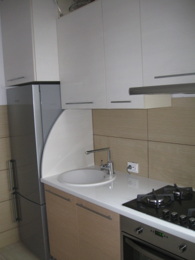 Šviesiai rudi ir balti virtuvės baldai