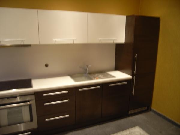 Tamsiai rudi ir balti virtuvės baldai
